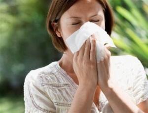 Насморк беспокоит людей, которые столкнулись с проблемой искривления носовой перегородки