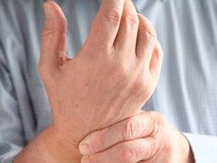 Боль в суставах рук: причины и лечение
