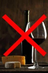 Перечеркнутая бутылка и стакан с вином