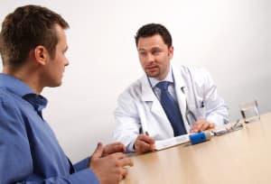 Молодой мужчина на приеме у врача