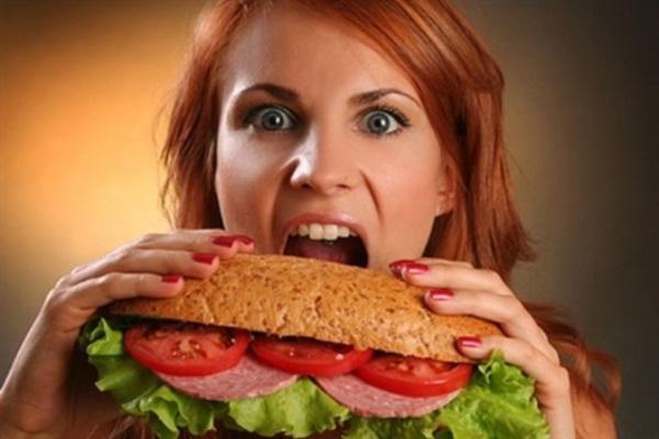 Девушка с большим бутербродом