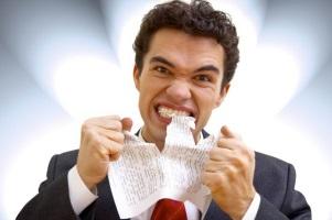 Мужчина ест бумагу