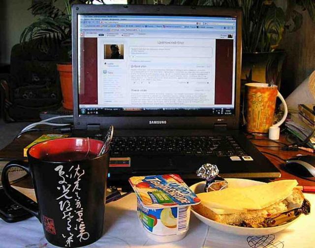 Еда возле компьютера