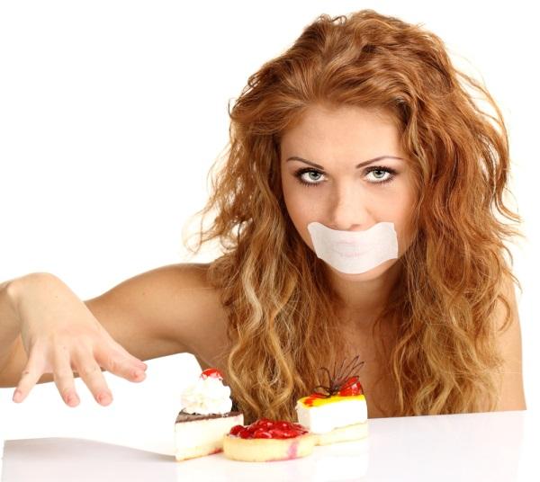 Девушка с заклееным ртом