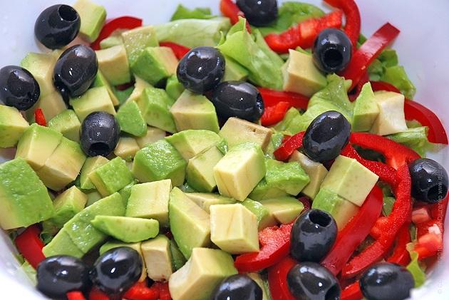 Салат из авокадо, оливок и свежих овощей