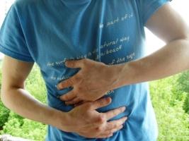 Почему возникают боли в правом и левом подреберье при этом отдающие в спину