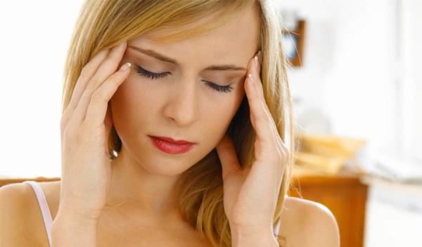 Одним из проявлений является головная боль в области висков.