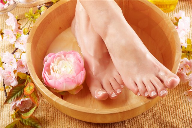 Женские ноги и цветок