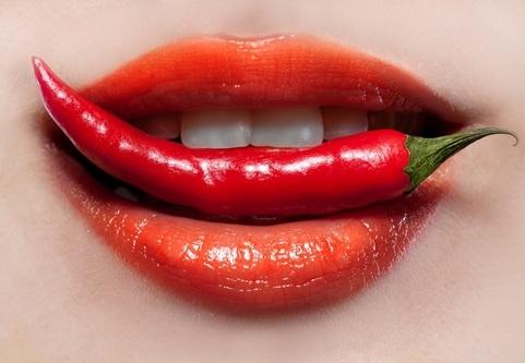 Красный перец в зубах