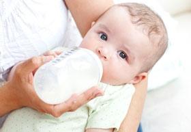 При патологической желтухе ребенка нужно кормить сцеженным грудным молоком.